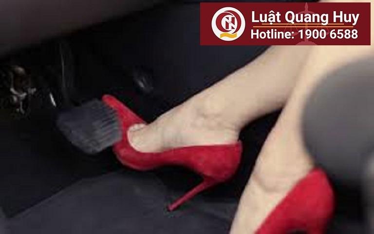Cấm phụ nữ đi giầy cao gót khi lái xe ô tô